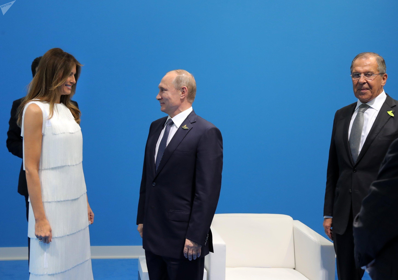 Vladímir Putin, Melania Trump y Serguéi Lavrov