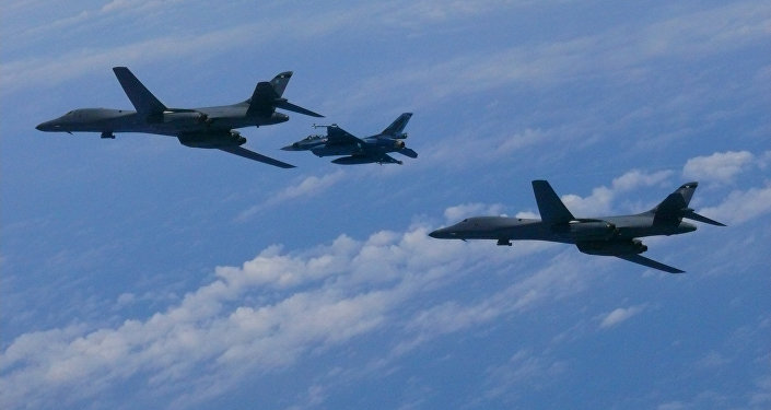 Un avión caza F-2, de la Fuerza Aérea de Japón, y los bombarderos estadounidenses B-1B Lancer