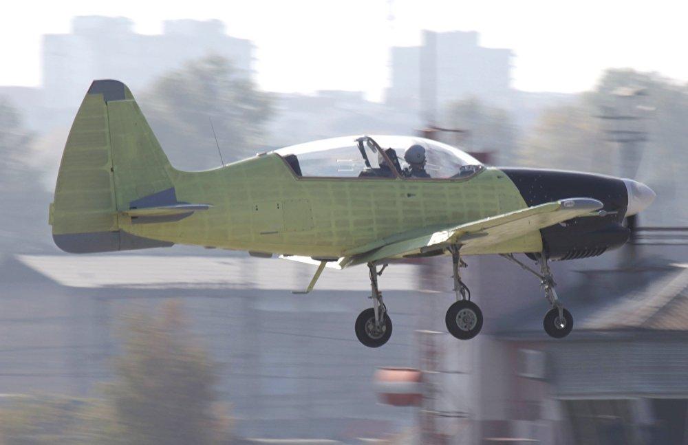El Yak-152, avión escuela ruso, durante su primer vuelo de prueba