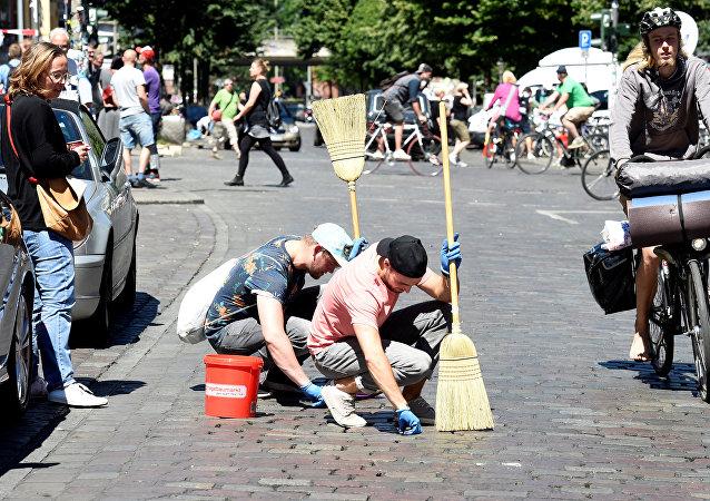 La gente limpia las calles de Hamburgo después de la cumbre del G20