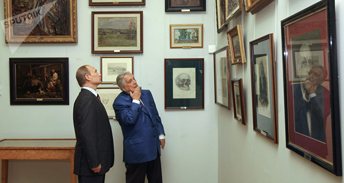 El artista Iliá Glazunov mostrando sus obras al presidente ruso Vladímir Putin