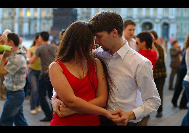 Jovenes bailan salsa