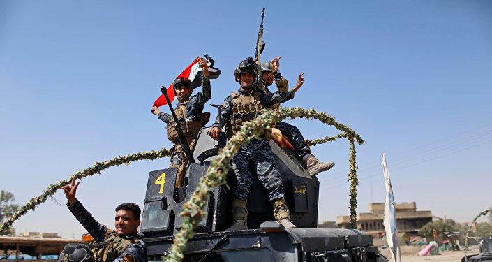 Los militares iraquíes celebran la liberación de la Ciudad Vieja de Mosul