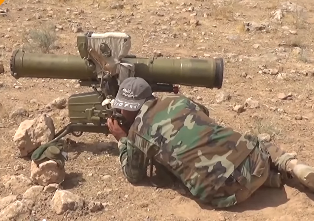 Un soldado del Ejército Sirio durante ataque a los terroristas en Hama