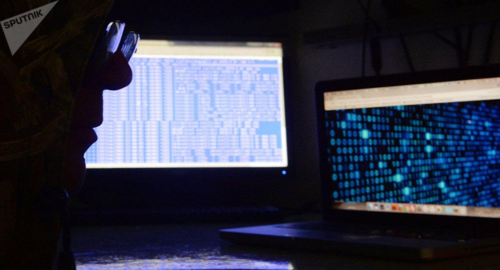 Un hombre delante de una pantalla de ordenador