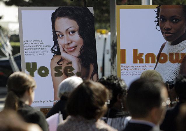 Carteles de un programa para proporcionar a las mujeres jóvenes unos kits de pruebas de detección de enfermedades de transmisión sexual