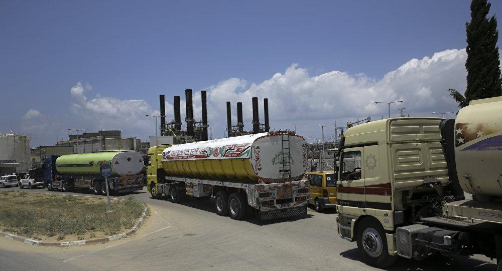 Los camiones entregan combustible a la planta eléctrica de la Franja de Gaza (archivo)