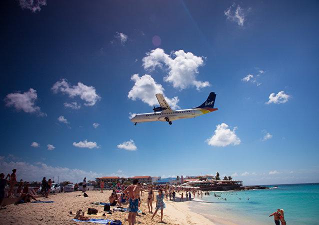 Un avión arriba al aeropuerto de Sint Maarten (archivo)