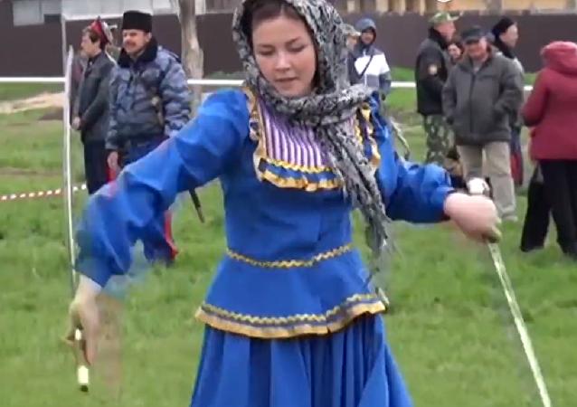 Una muchacha rusa exhibiendo sus habilidades con las shashkas