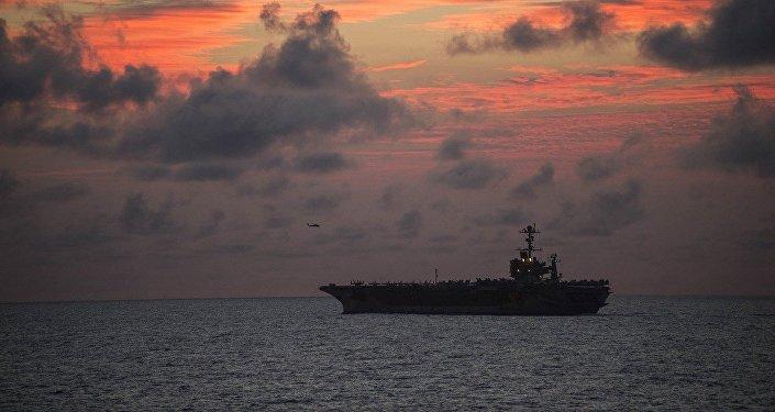 Un buque militar en el océano