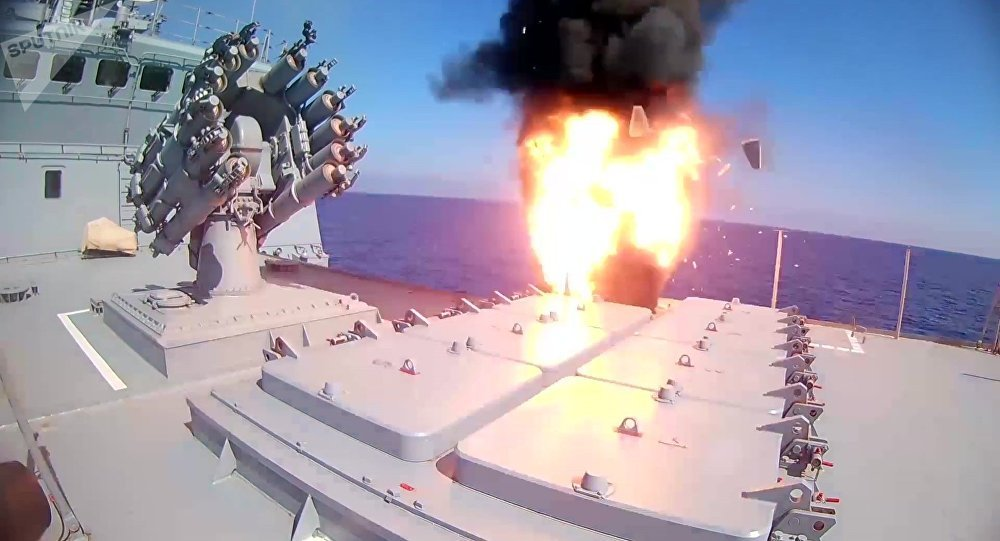 El momento del lanzamiento del misil de crucero Kalibr por la fragata rusa Almirante Essen