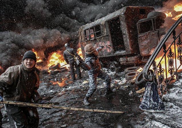 Partidarios de la integración europea de Ucrania, en enfrentamientos con unidades de policía, en el centro de Kiev