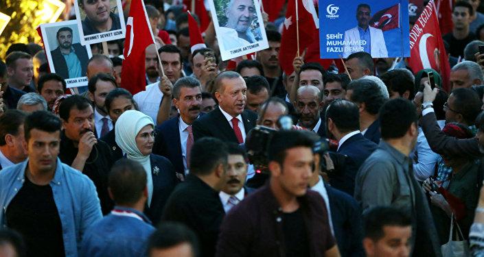 El presidente de Turquía, Recep Tayyip Erdogan, participa en una manifestación con motivo del aniversario de la intentona golpista