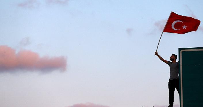 Un hombre con la bandera de Turquía