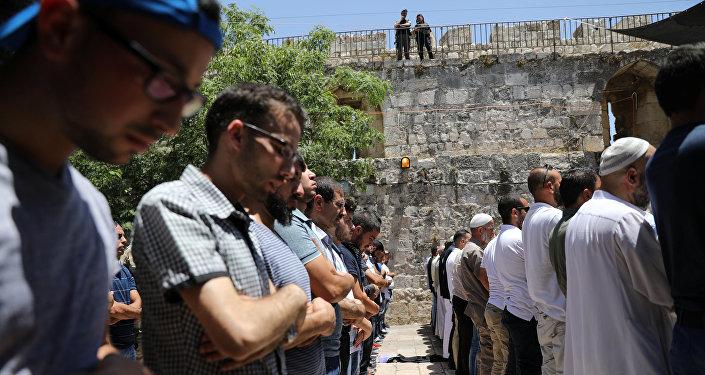 Los palestinos rezan cerca de la Explanada de las Mezquita
