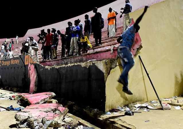 La situación en el estadio Demba Diop de Dakar, Senegal, tras el enfrentamiento entre los hinchas de equipos rivales