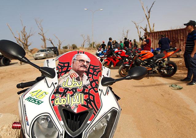 El retrato del comandante del Ejército libio, Jalifa Haftar, en una motocicleta