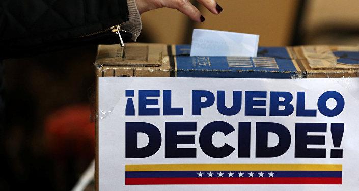 Urna del plebiscito de la oposición en Venezuela