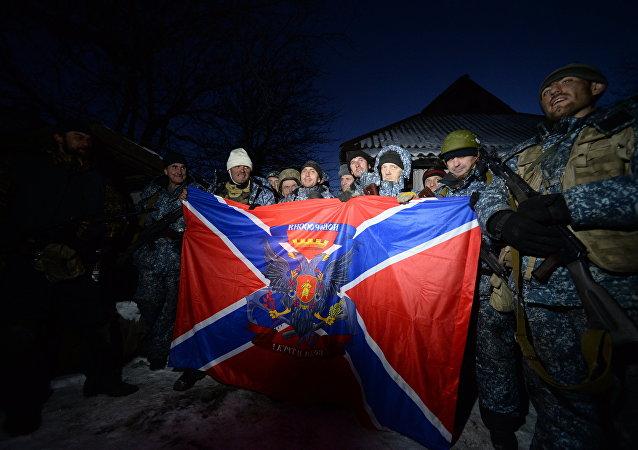 Los combatientes con la bandera de la República Popular de Lugansk (archivo)