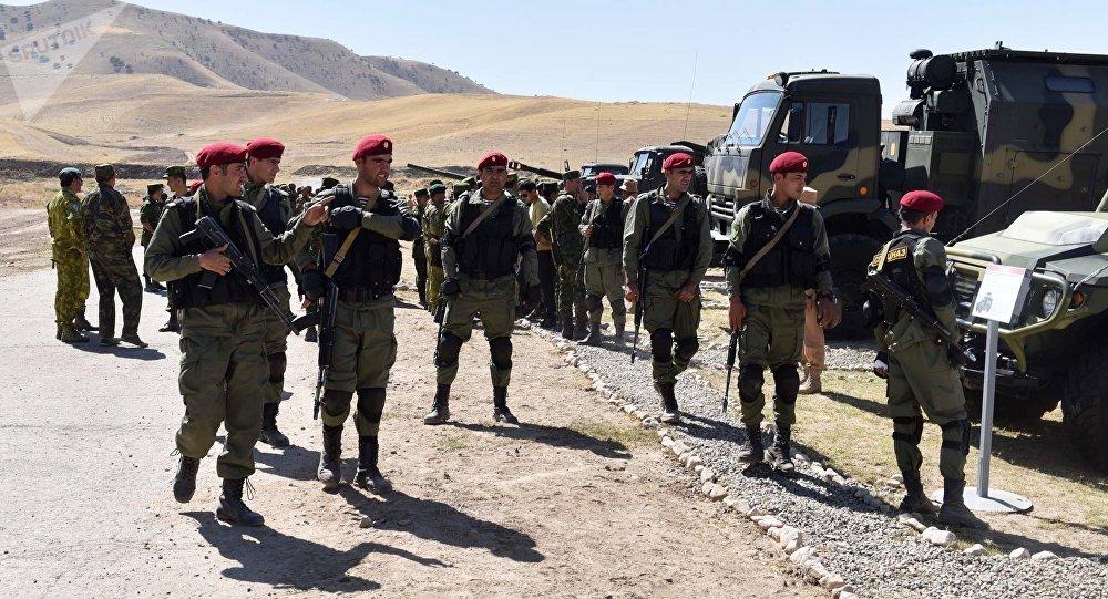 Los militares de tayikos en la base militar rusa en Tayikistán (archivo)