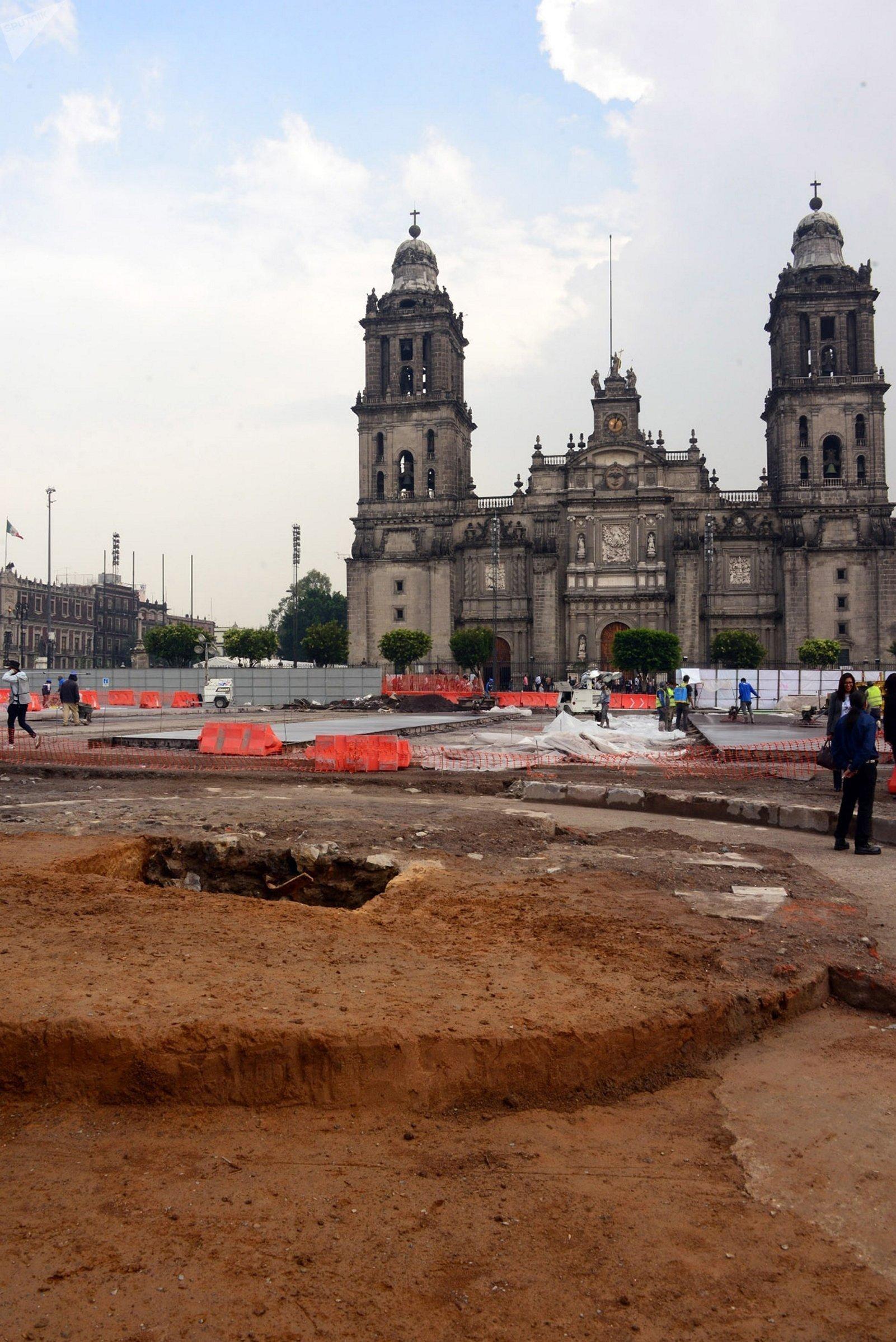 Arqueólogos del Instituto Nacional de Antropología e Historia, hallaron una plataforma circular que corresponde al zócalo del Monumento a la Independencia, proyectado en 1843