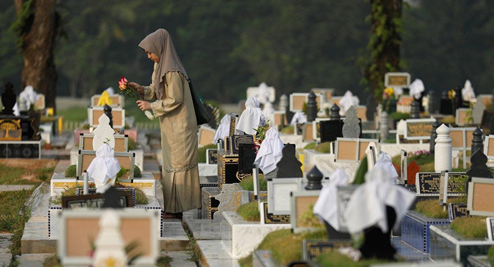 Una mujer musulmana en un cementerio en Singapur (imagen referencial)