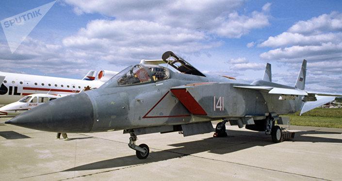 Un avión de despegue vertical Yak-141