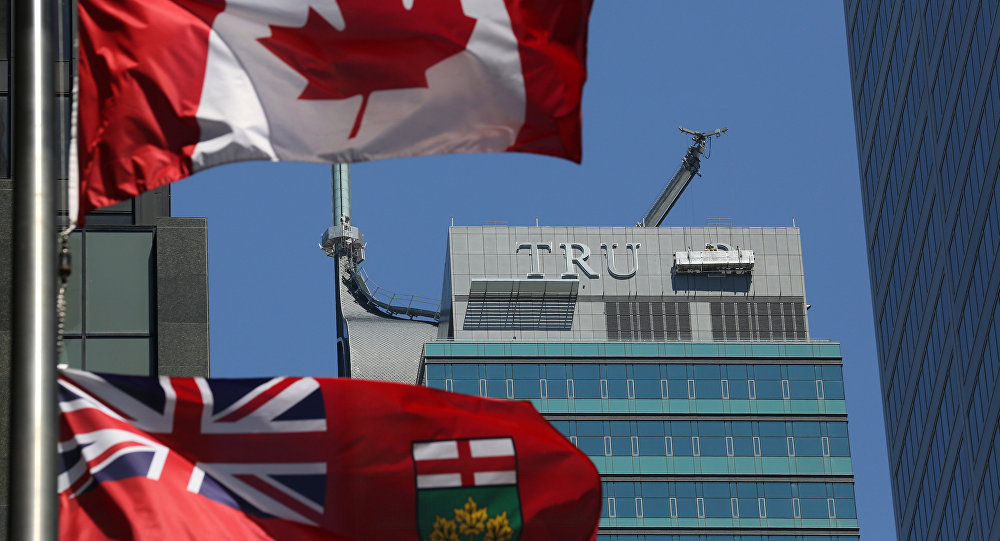 El desmonte de las letras TRUMP de la fachada del antiguo Trump International Hotel and Tower en la ciudad canadiense de Toronto