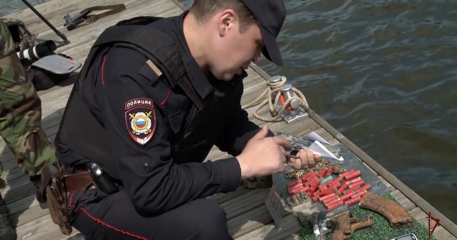 Un policía ruso analiza una de las pistolas encontradas
