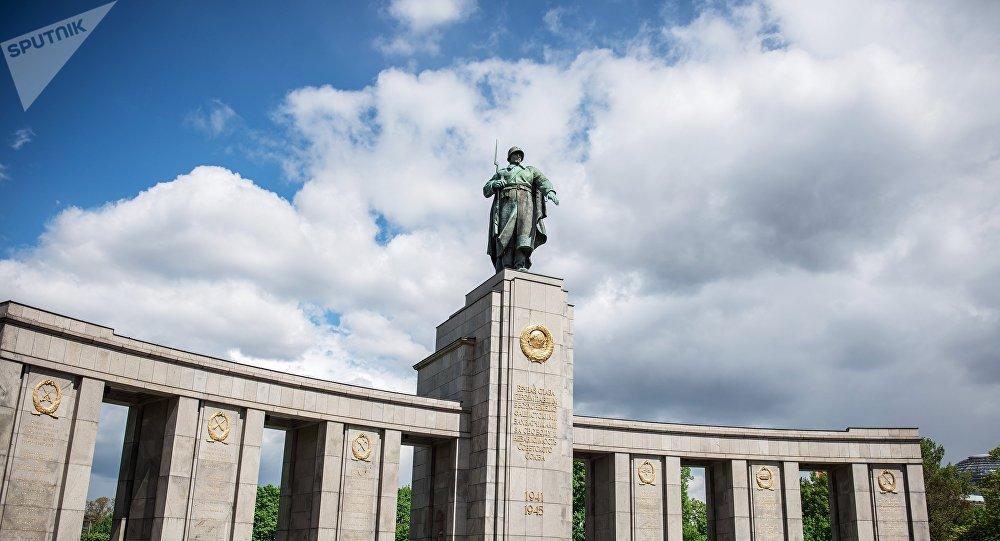 Un monumento a los soldados soviéticos (imagen referencial)