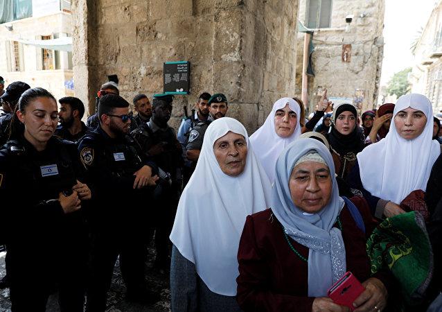 Mujeres palestinas en la entrada de la mezquita de Al Aqsa