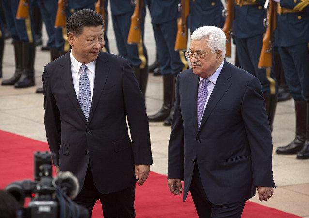 El presidente palestino, Mahmoud Abas, junto con su homólogo chino, Xi Jinping