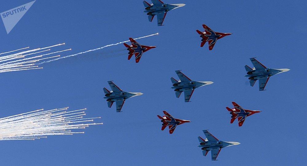 Escuadrillas acrobáticas Russkie Vitiazi y Strizhi ejecutan un programa de exhibición durante el Desfile de la Victoria en la Plaza Roja