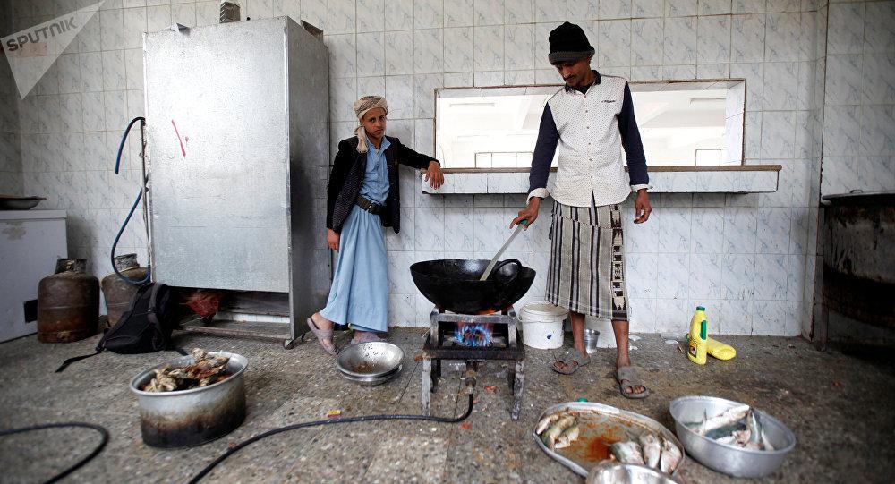 Cocineros preparan comida en un orfanato en Yemen