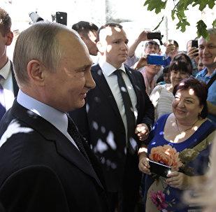 Putin saluda a los transeúntes durante su paseo por el centro de Moscú