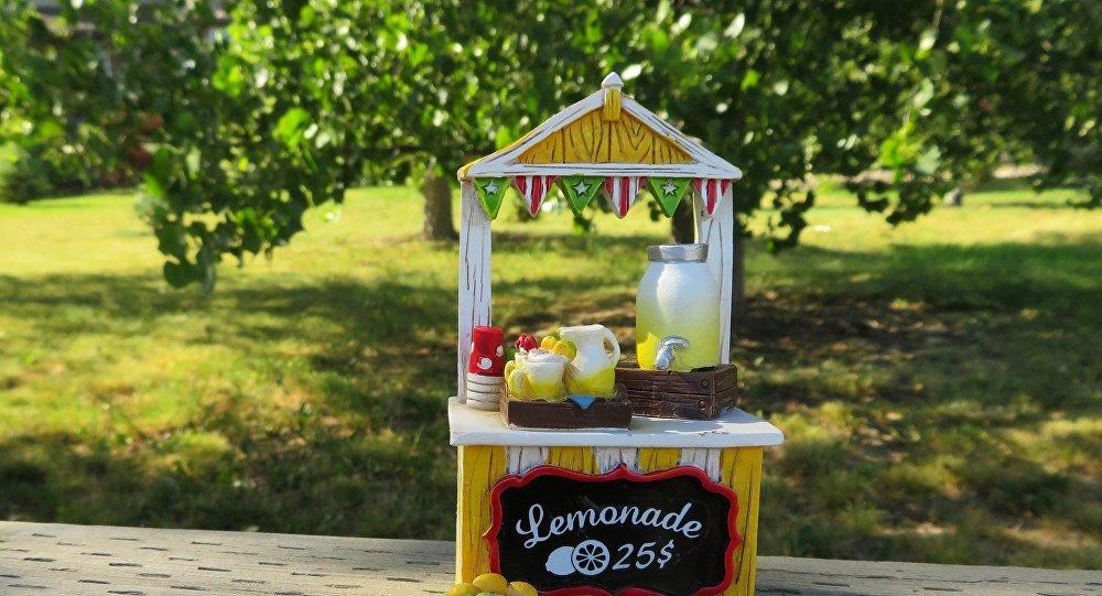 Multan a niña británica por vender limonada