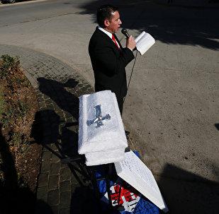 Un manifestante contra el proyecto de ley de aborto lee la Biblia en Valparaíso, Chile