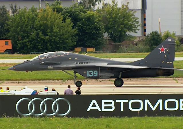 ¿Por quién apostarías? Un bólido de Fórmula 1 se enfrenta a un caza MiG