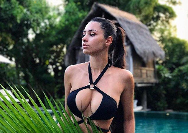 Una modelo rusa semidesnuda demuestra su amor a Darth Vader en Tataouine (fotos)