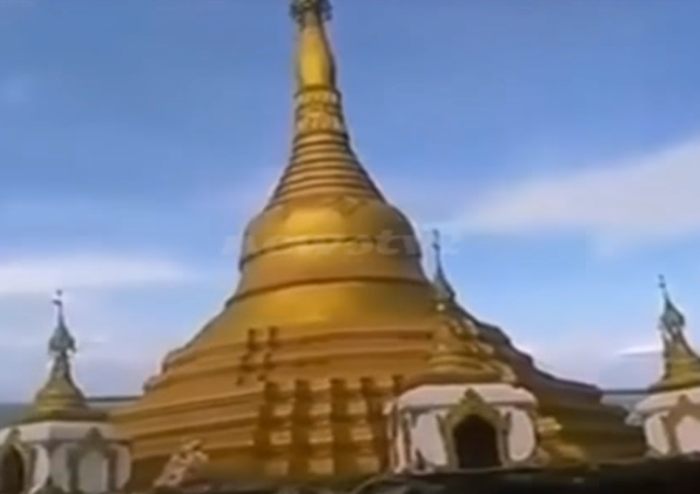 Una pagoda budista es tragada por las aguas en Birmania