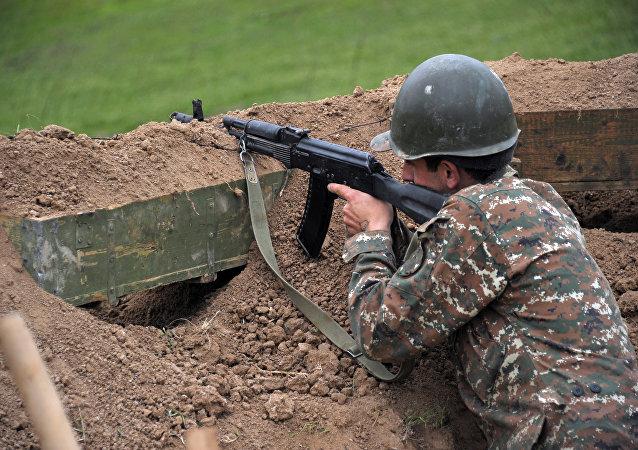 Soldado en la zona de conflicto de Nagorno Karabaj (archivo)