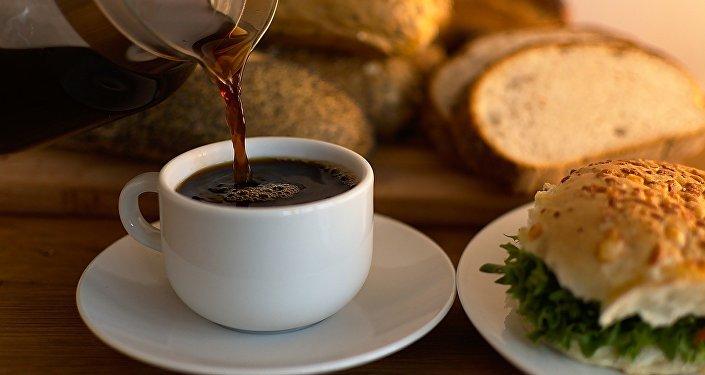 Café y pan al desayuno