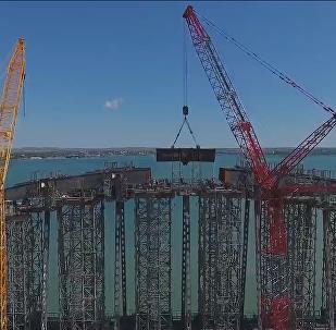 Los ingenieros rusos han empezado a instalar las piezas del arco que unirá entre sí los pilares del puente de Crimea.