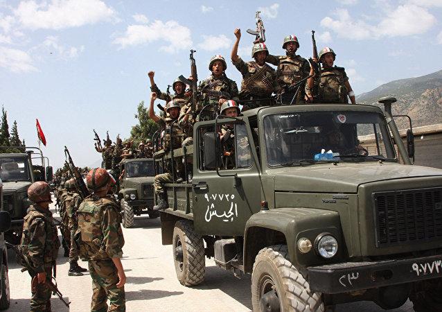 Soldados del Ejército sirio victoriosos (archivo)