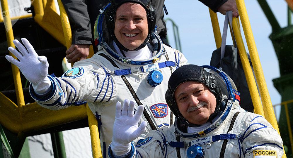 Jack Fischer, astronauta de la NASA, y Fiodor Yurchijin, cosmonauta de Roscosmos, antes de partir en la misión Soyuz-FG en el cosmódromo de Baikonur, 20 de abril de 2017