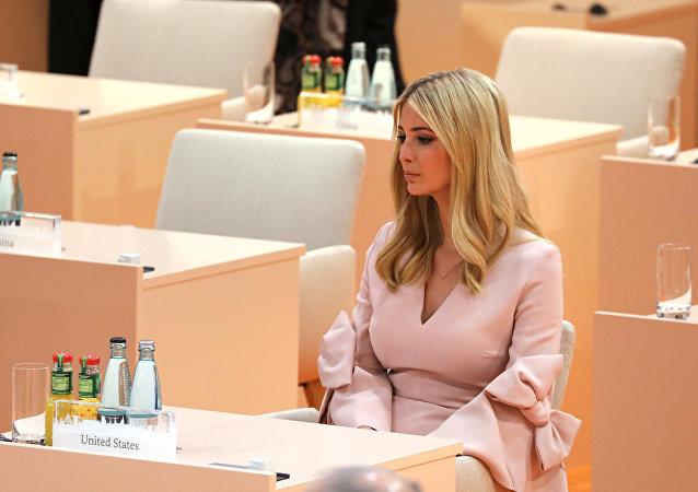 Ivanka Trump toma su asiento al comienzo de la tercera sesión del G20