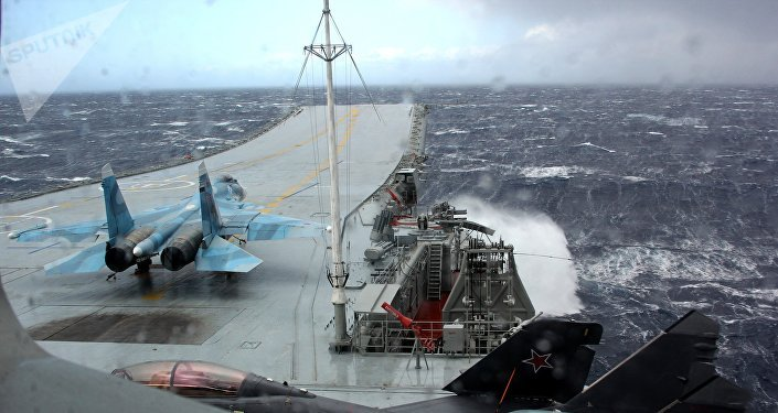 Un avión se prepara para despegar del portaviones Almirante Kuznetsov durante una tormenta (archivo)