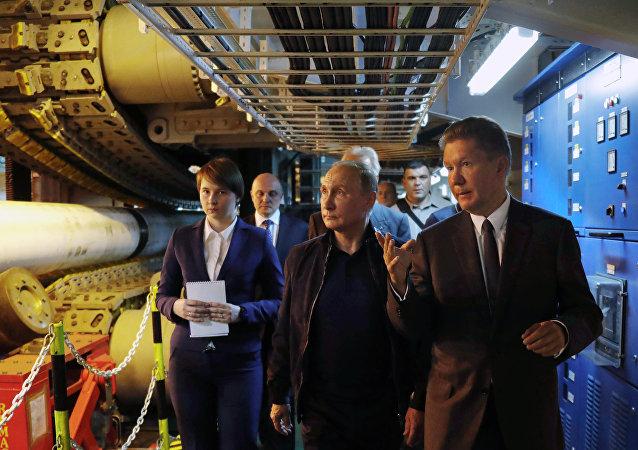 El presidente ruso Vladímir Putin, acompañado por el presidente ejecutivo de Gazprom, Alexéi Miller, visita el buque de propulsión Pioneering Spirit en el Mar Negro, lanzando la fase de aguas profundas del proyecto de gasoducto TurkStream