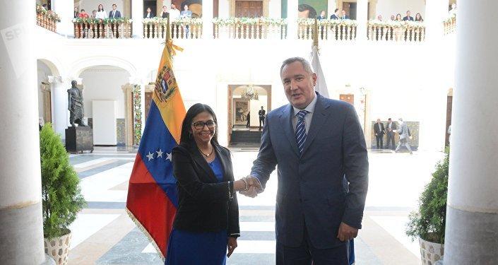 La canciller de Venezuela, Delcy Rodríguez y viceprimer ministro de Rusia, Dimitriv Rogozin