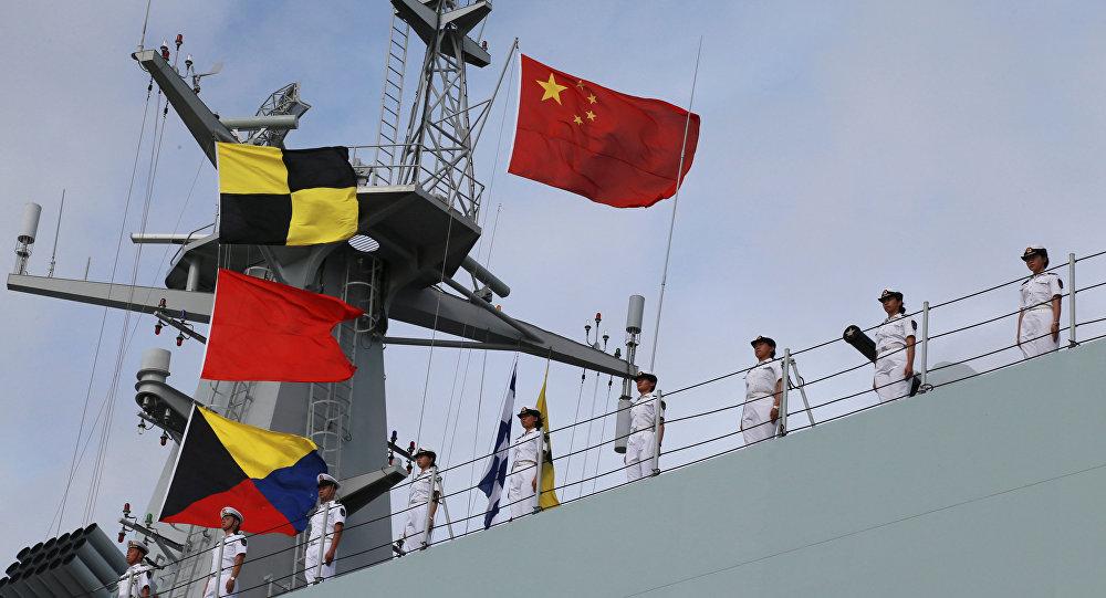 Soldados del Ejército Popular de Liberación de China en un barco navegando desde un puerto militar en Zhanjiang hacia Yibuti